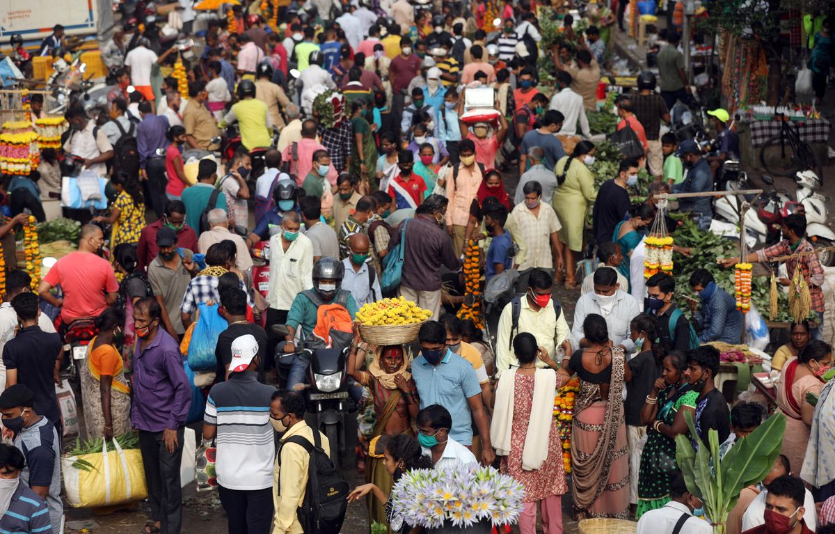 People are seen at a crowded market a day before the Hindu festival of Dussehra amidst the spread of the coronavirus disease (COVID-19) in Mumbai, India, October 24, 2020