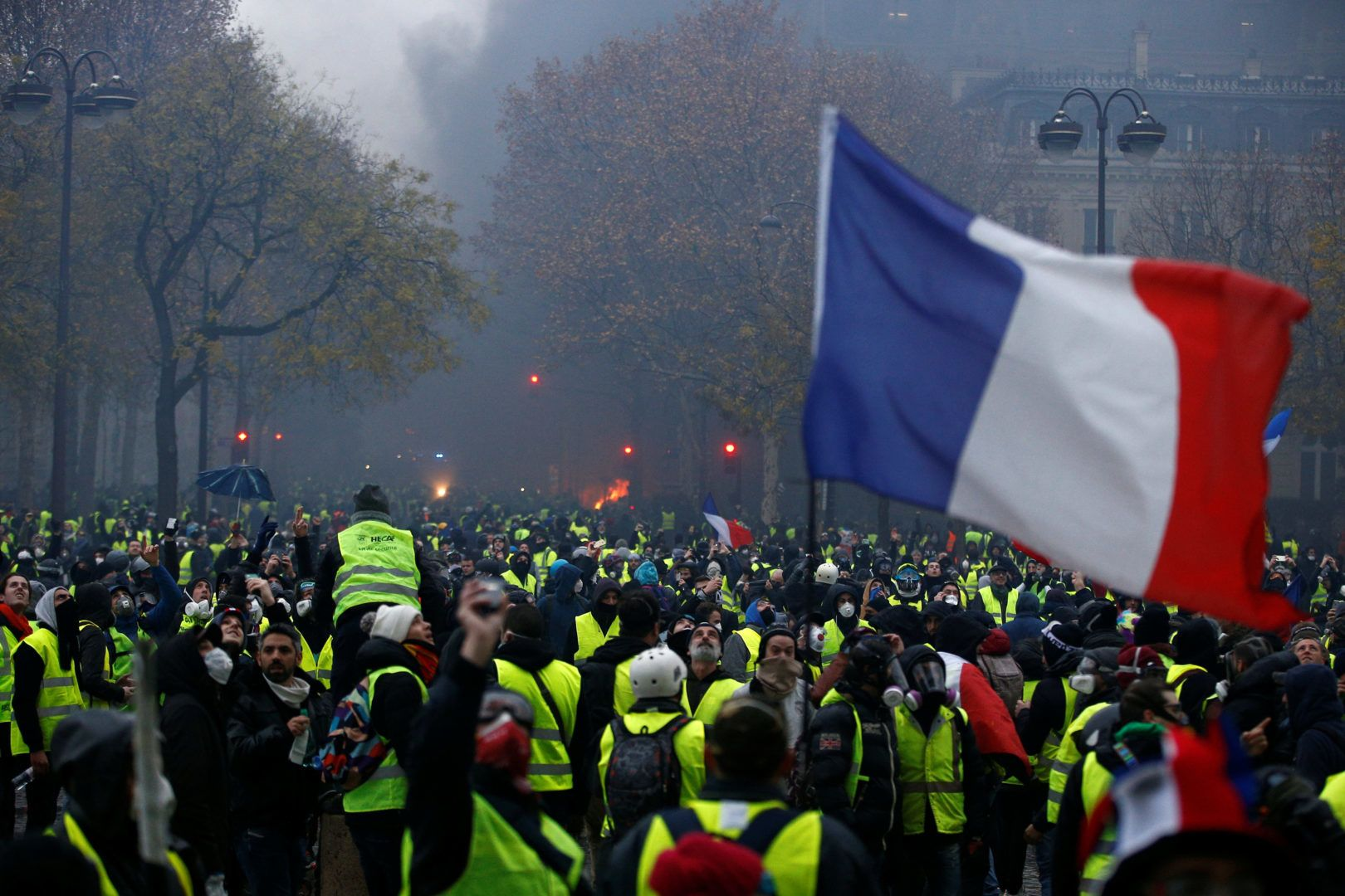 YELLOW VESTS = RED LIGHTS FOR MACRON