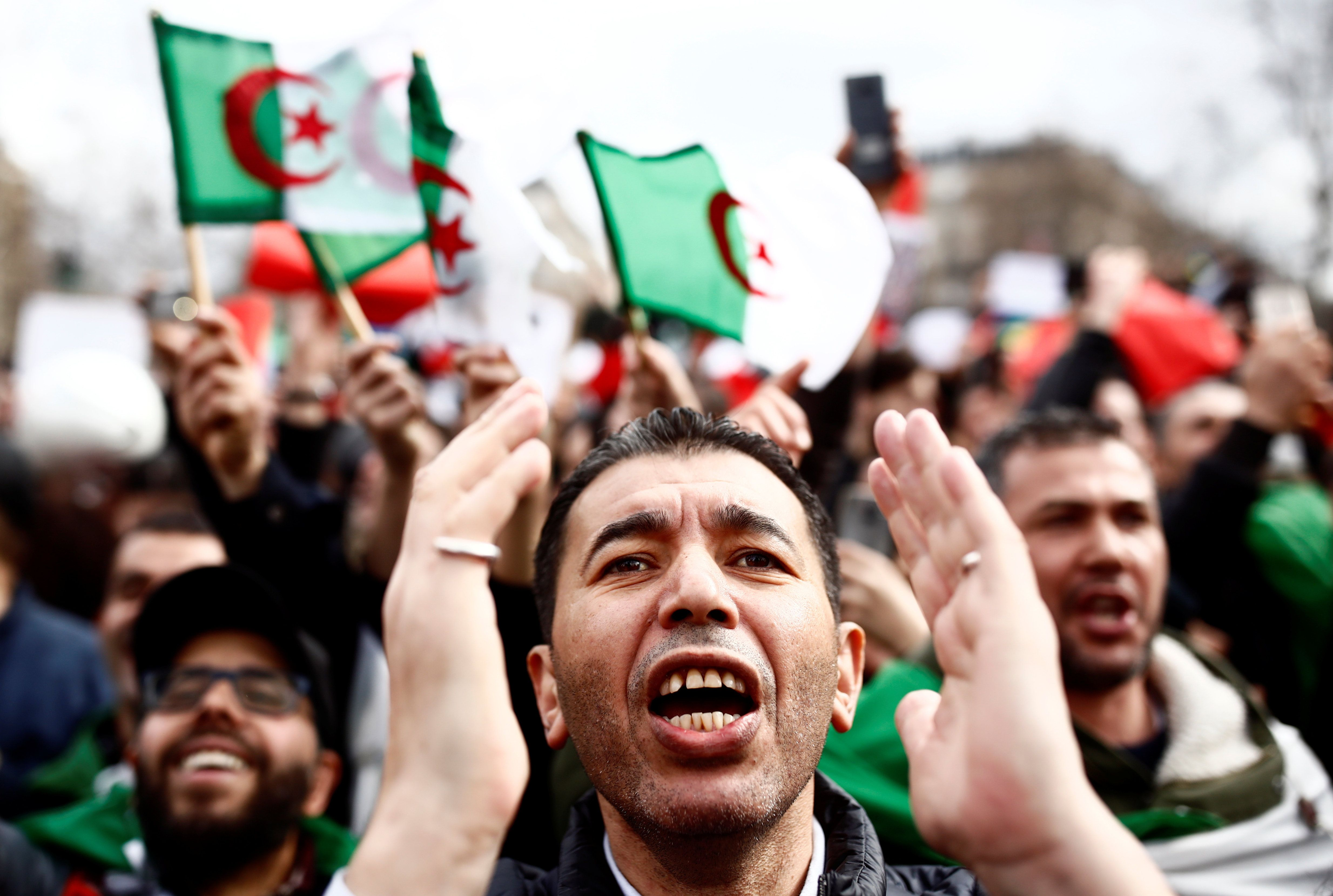 ALGERIA: TAKING DOWN A PICTURE FRAME